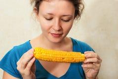 Muchacha que come el corncob Fotos de archivo