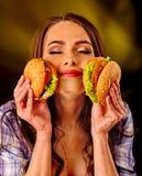 Muchacha que come el emparedado grande Foto de archivo libre de regalías