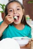 Muchacha que come el espagueti Fotografía de archivo libre de regalías