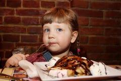 Muchacha que come el helado Imagenes de archivo