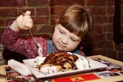 Muchacha que come el helado Imágenes de archivo libres de regalías