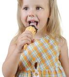Muchacha que come el helado. Foto de archivo