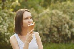 Muchacha que come el helado Imagen de archivo