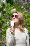 Muchacha que come el helado Imagen de archivo libre de regalías