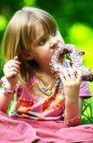 Muchacha que come el pretzel Imagenes de archivo