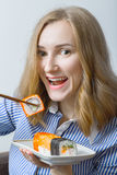 Muchacha que come el sushi Foto de archivo