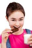Muchacha que come la barra del chocolate Foto de archivo
