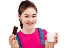 Muchacha que come la barra del chocolate Fotografía de archivo libre de regalías