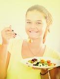 Muchacha que come la ensalada Fotos de archivo libres de regalías
