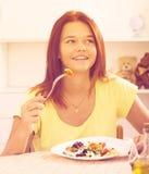 Muchacha que come la ensalada Foto de archivo