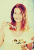 Muchacha que come la ensalada Foto de archivo libre de regalías