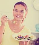 Muchacha que come la ensalada Imagenes de archivo