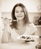 Muchacha que come la ensalada Imágenes de archivo libres de regalías