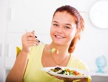 Muchacha que come la ensalada Fotografía de archivo