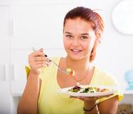 Muchacha que come la ensalada Fotos de archivo