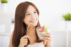 Muchacha que come la ensalada sana de la comida Fotos de archivo libres de regalías
