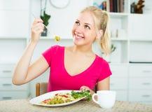 Muchacha que come la ensalada verde Fotos de archivo libres de regalías