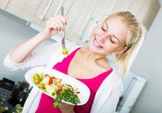 Muchacha que come la ensalada verde Fotografía de archivo