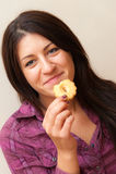 Muchacha que come la galleta Foto de archivo
