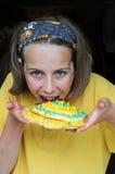 Muchacha que come la galleta fotos de archivo libres de regalías