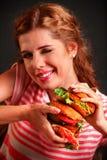 Muchacha que come la hamburguesa Foto de archivo libre de regalías