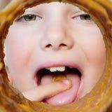 Muchacha que come la mantequilla de cacahuete Imagen de archivo libre de regalías