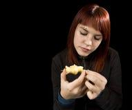 Muchacha que come la manzana. foto de archivo libre de regalías