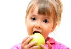 Muchacha que come la manzana verde fotos de archivo