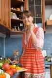 Muchacha que come la pimienta Imagen de archivo