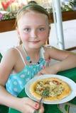 Muchacha que come la pizza Fotografía de archivo