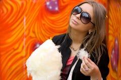 Muchacha que come la seda del caramelo Fotos de archivo libres de regalías