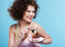 Muchacha que come la torta Fotos de archivo libres de regalías