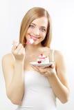 Muchacha que come la torta Imagenes de archivo