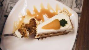 Muchacha que come la torta en un restaurante La visi?n desde la tapa almacen de video