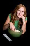 Muchacha que come las palomitas Imagen de archivo