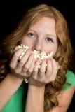 Muchacha que come las palomitas Foto de archivo