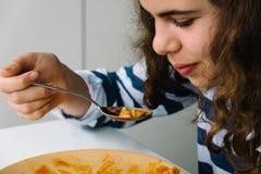 Muchacha que come las pastas Imágenes de archivo libres de regalías