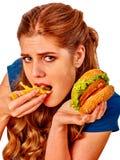 Muchacha que come los alimentos de preparación rápida Foto de archivo