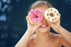 Muchacha que come los anillos de espuma Fotografía de archivo