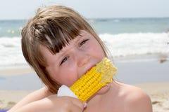 Muchacha que come maíz fotografía de archivo