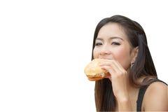 Muchacha que come un cheeseburger Imagen de archivo libre de regalías