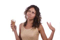 Muchacha que come un helado fotografía de archivo