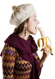Muchacha que come un plátano Imagenes de archivo