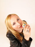 Muchacha que come una barra de caramelo Fotografía de archivo