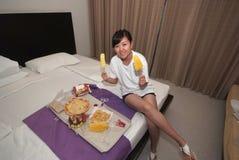 Muchacha que come una comida en hotel fotos de archivo libres de regalías