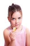Muchacha que come una manzana. foto de archivo