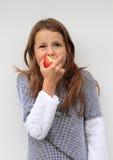Muchacha que come una manzana fotografía de archivo