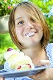 Muchacha que come una torta Foto de archivo libre de regalías
