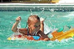Muchacha que compite con en piscina Fotos de archivo libres de regalías