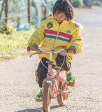 Muchacha que completa un ciclo el pequeño bycicle Fotografía de archivo libre de regalías